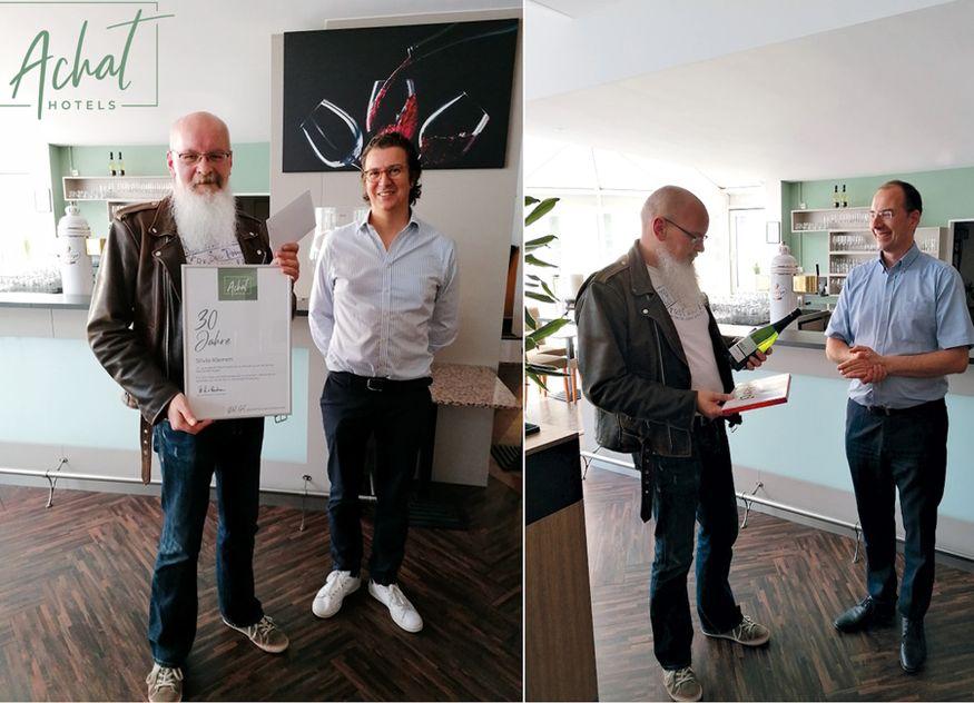 Jubilar Silvio Klemm (links) mit Philipp von Bodman, Geschäftsführender Gesellschafter Achat Hotels (linkes Bild) und einmal mit Direktor Albert Rook (rechtes Bild)