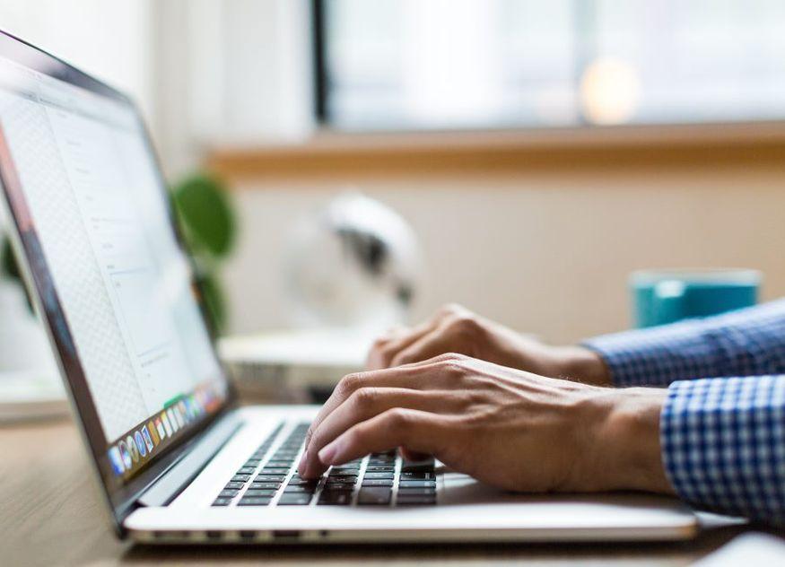 Laptop PC arbeiten Hände