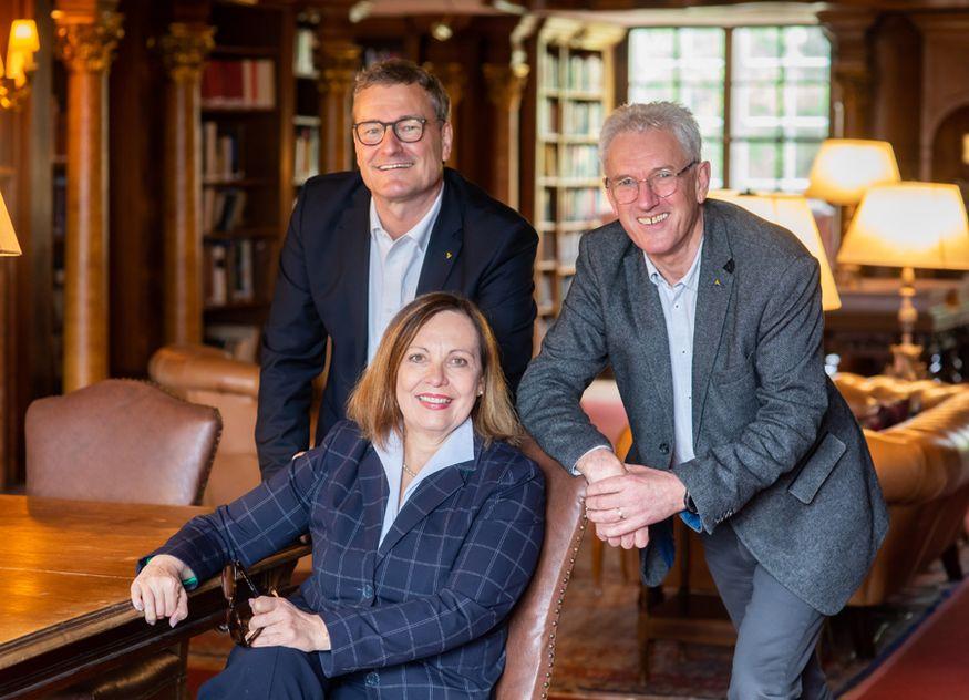 Prof. Dr. Christian Buer (links im Bild), Brigitte T. Gruber (Mitte) und Heinz Wehrle (rechts im Bild) bilden zusammen Horwath HTL DACH