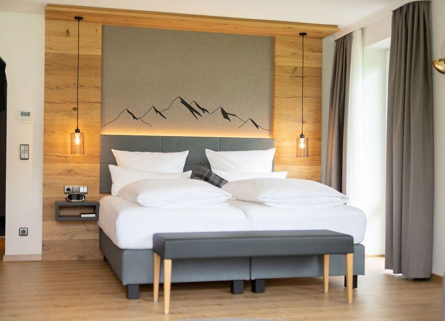 29 Zimmer im Best Western Plus Hotel Alpenhof in Oberstdorf glänzen nach der Renovierung im modern-alpenländischen Stil