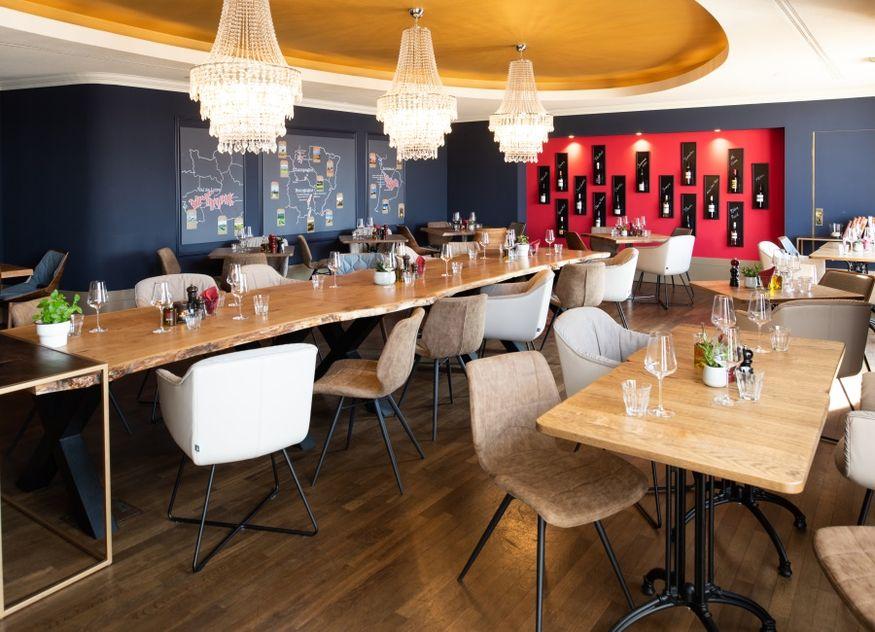 Carls an der Elbphilharmonie Tisch sitzen Stühle