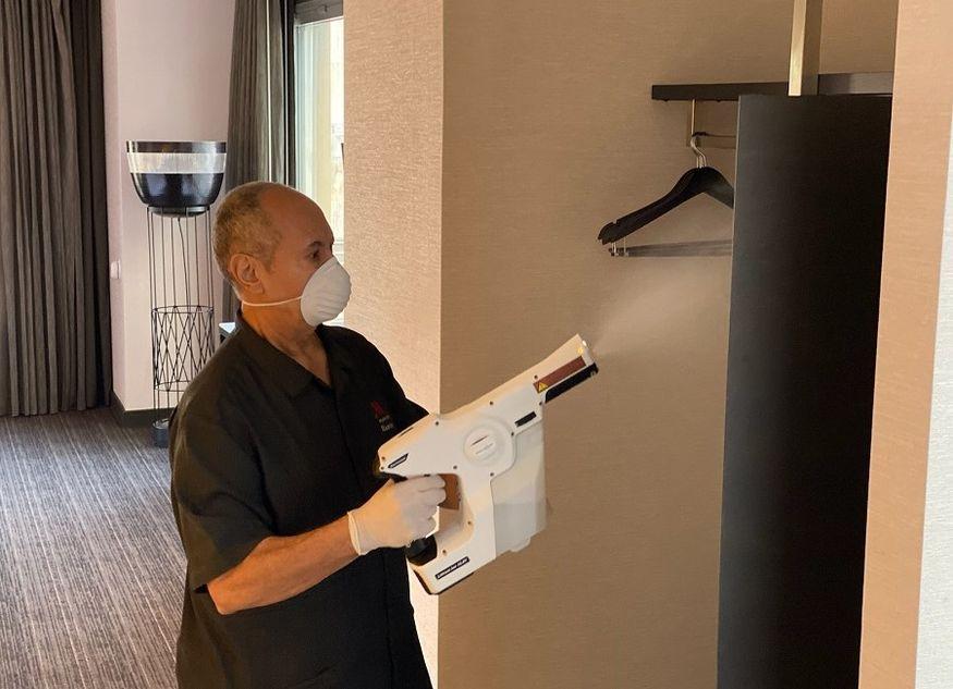 Desinfektion Hotelzimmer Mann Reinigung
