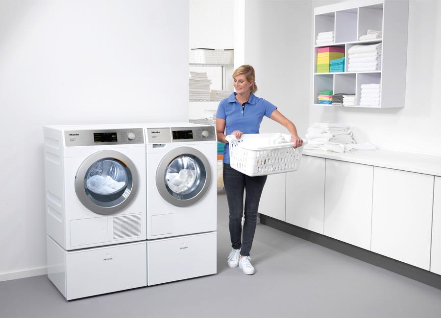 Waschmaschine Trockner Miele Frau Wäschekorb
