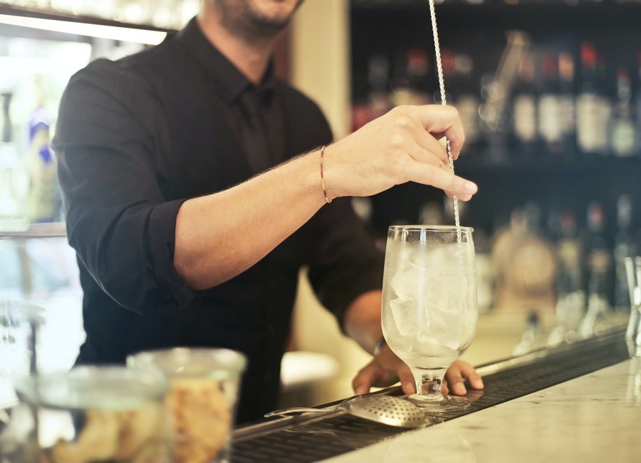 Barkeeper mixen Drink