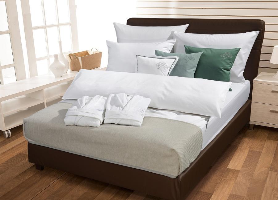 Die Bettwäsche-Dessins Damast-Minikaro und Satin-Uni mit Jersey-Spannbetttuch von Wäschekrone