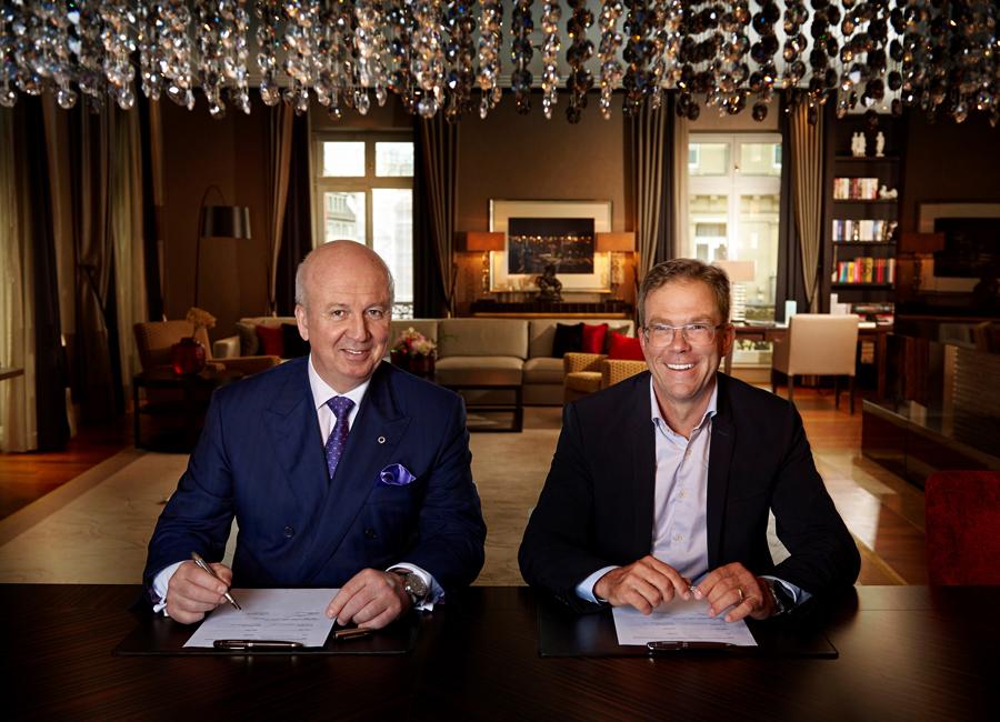 Marcus Bernhardt, CEO der Steigenberger Hotels AG/Deutsche Hospitality und Dr. Jan Becker, CEO der Porsche Design Group bei der Vertragsunterzeichnung für die gemeinsame Hotelmarke Steigenberger Porsche Design Hotel im Steigenberger Icon Hotel Frankfurter Hof