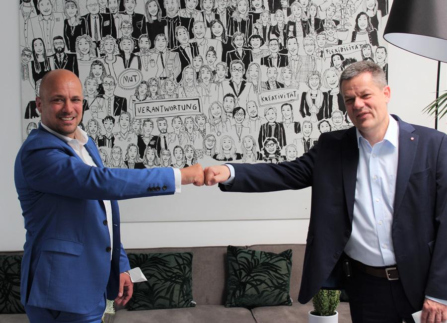 Sascha Hampe (links), CEO der GCH Hotel Group und Markus Luthe (rechts) IHA-Hauptgeschäftsführer freuen sich über den Beitritt der GCH Hotel Group in den Hotelverband Deutschland