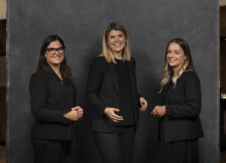 Das Platzl Hotels HR-Team von links nach rechts: Sophie Frei (Training & Quality Manager), Nina Mahnke (Leiterin Personal- & Qualitätsmanagement) und Juli Näger (Junior Personalreferentin)