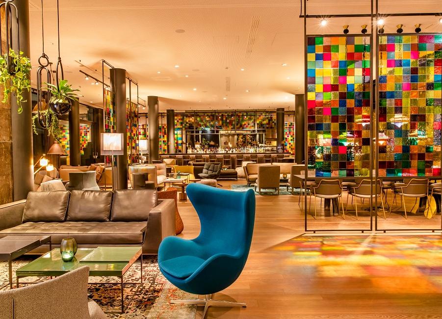 Motel One Hotel Ohrensessel Egg Chair von Arne Jacobsen