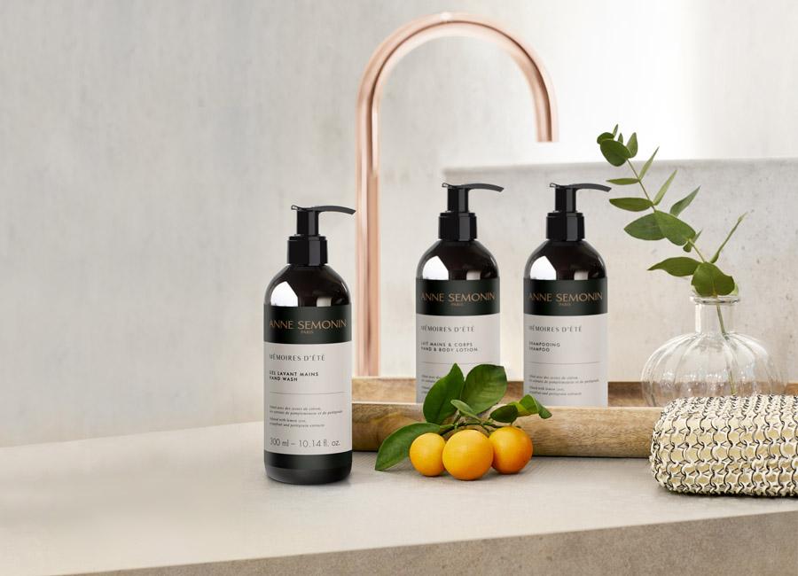 Der Ecopump-Spender aus recyceltem Kunststoff ist mit Handgel, Duschgel, Shampoo und Pflegespülungen erhältlich