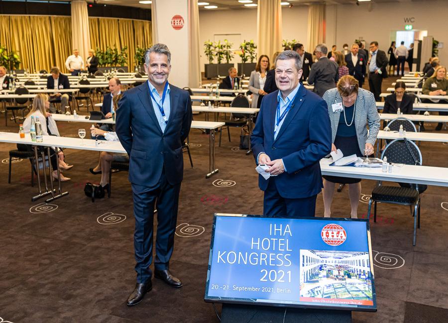 Aufbruchstimmung in Berlin: IHA-Vorsitzender Otto Lindner (links) zusammen mit Hauptgeschäftsführer Markus Luthe (rechts) beim IHA-Hotelkongress 2021